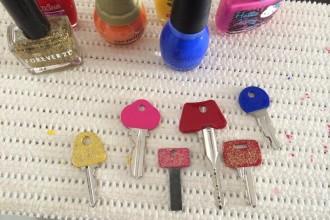 Chaves coloridas e divertidas usando esmaltes