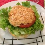 Hambúrguer de Salmão com pão sem gluten